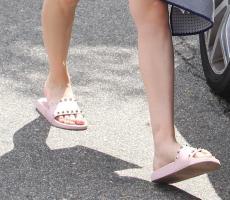 Kaley-Cuoco-Feet-2937956